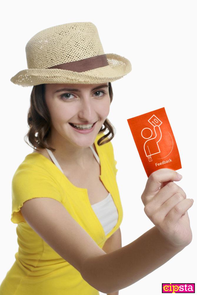 Ragazza con biglietto del servizio Feedback