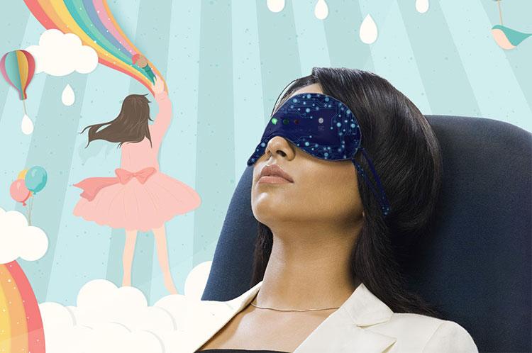 Una ragazza dorme e sogna di dipingere mondi colorati.